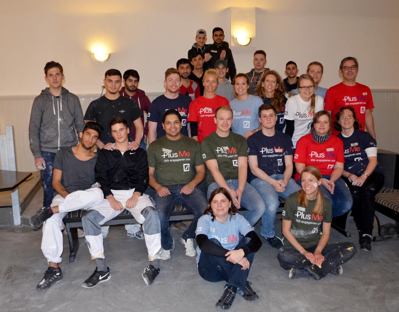 Social Day im Jugendclub Sindlingen: Das Team der Deutschen Bank Volunteers mit Jugendlichen des Lernbetriebs und des Jugendclubs Sindlingen