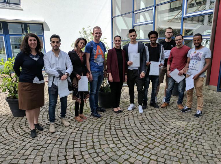 Das Zertifikat in den Händen: Die erste Integrationskurs-Klasse hat ihren Abschluss. Darya Holstein (links) und Ayfer Bozkurt (Mitte) mit der Klasse.