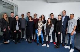 Die Mitarbeitenden der ABN AMRO und das Team der Jugendhilfe in der Johann-Hinrich-Wichern-Schule mit einigen Teilnehmern des Bewerbungstrainings