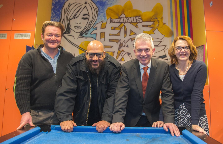 (vl) Jugendhausleiter Gert Neuwirth, Moses Pelham, Oberbürgermeister Peter Feldmann und Miriam Walter im Jugendhaus Heideplatz