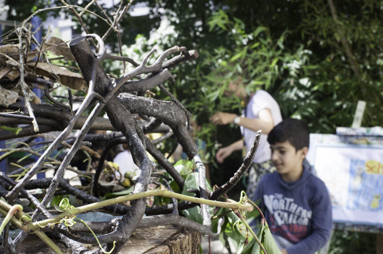 Die Bronzeskulptur der Zugvögel im Internationalen Kinderhaus
